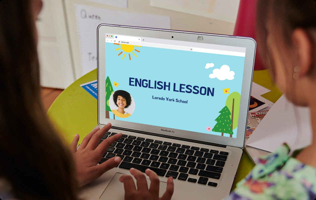 Bild von Schülern, die von ihrem Lehrer mit Canva vorbereitete Unterrichtsinhalte ansehen.
