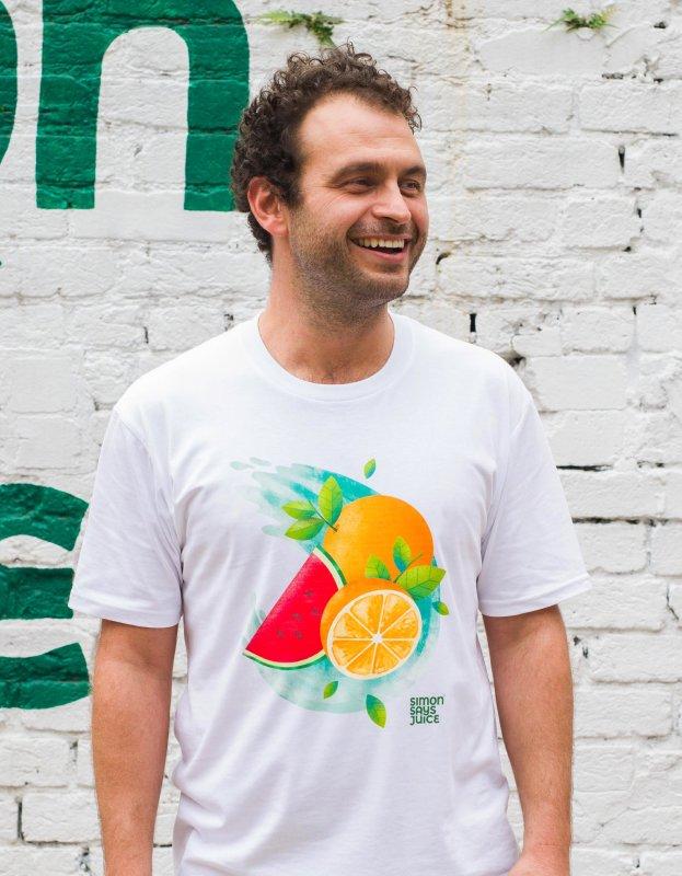 Foto di un uomo con t-shirt con logo Simon Says Juice