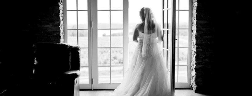 Schwarz-Weiß Foto von Braut im Brautkleid: Hochzeitsfotografen mit tollen Foto-Ideen