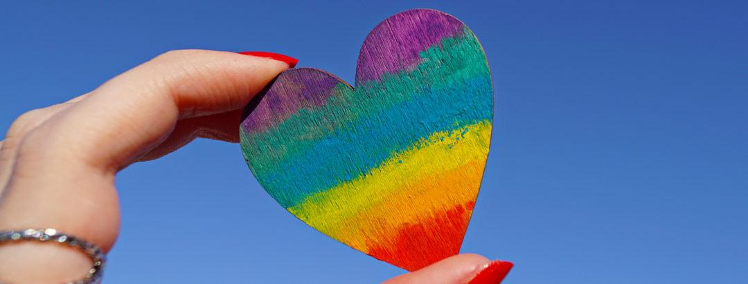 Buntes Herz zum Pride Month