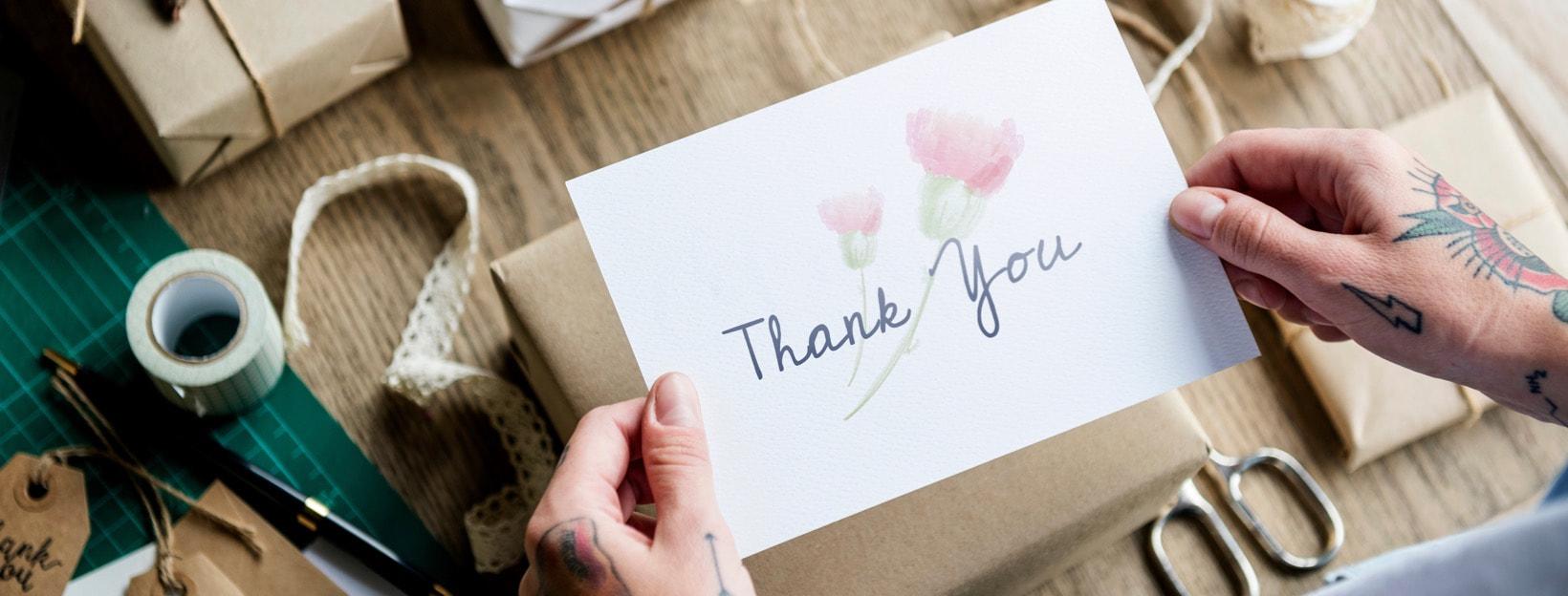 Selbst gemachte Dankeskarte mit Geschenken