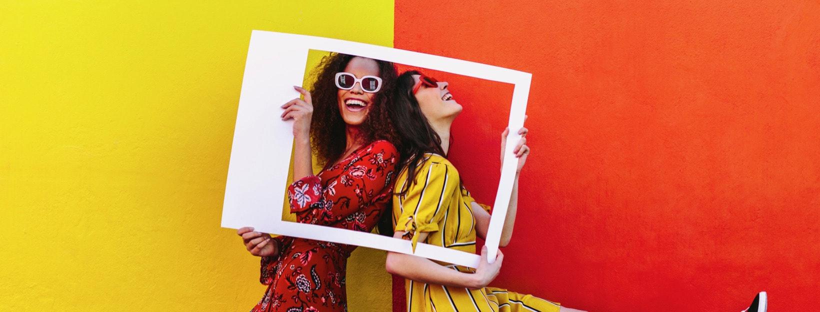 Social Media-Kampagne: Zwei Frauen mit Polaroid-Rahmen