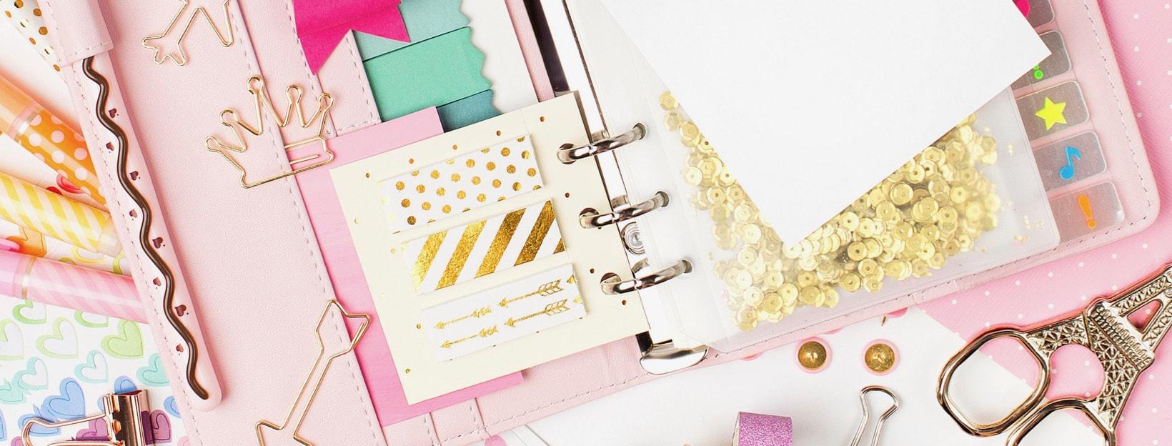 Bunter Wochenplaner-Terminkalender mit Aufklebern, Büroklammern und mehr