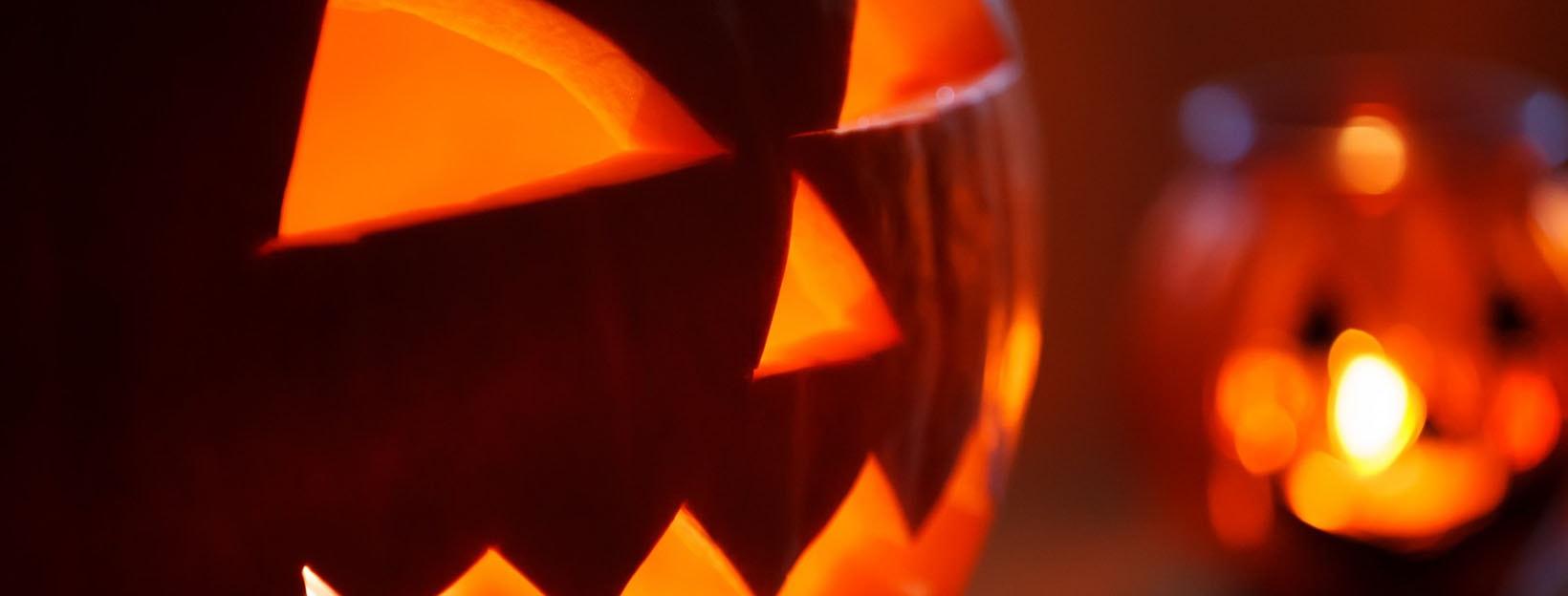 Halloween-Kürbisse im Kerzenlicht