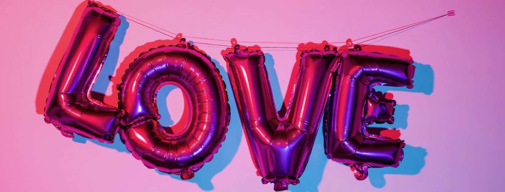 Das Wort Love an der Wand in Luftballon-Buchstaben: Romantische Bilder zum Valentinstag