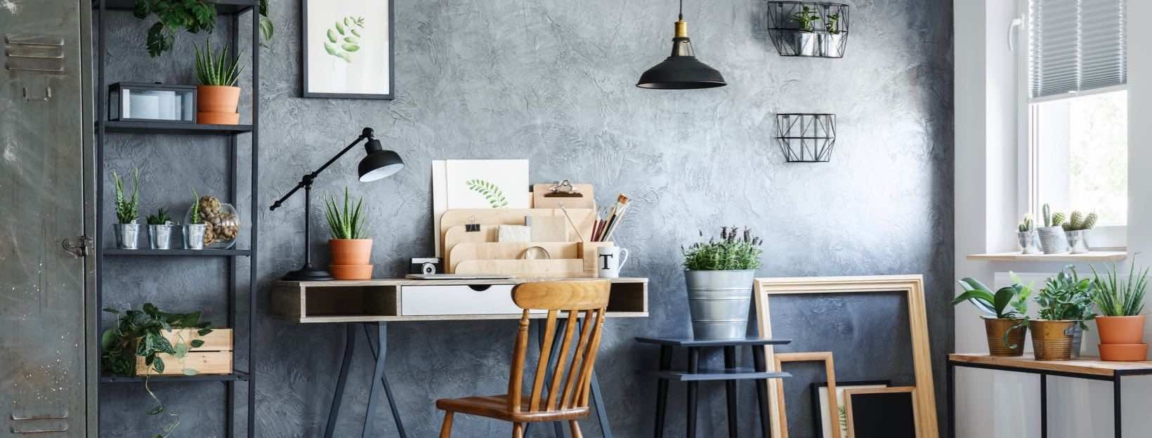 rbeiten von zuhause aus: Schönes Home Office mit Schreibtisch und Pflanzen