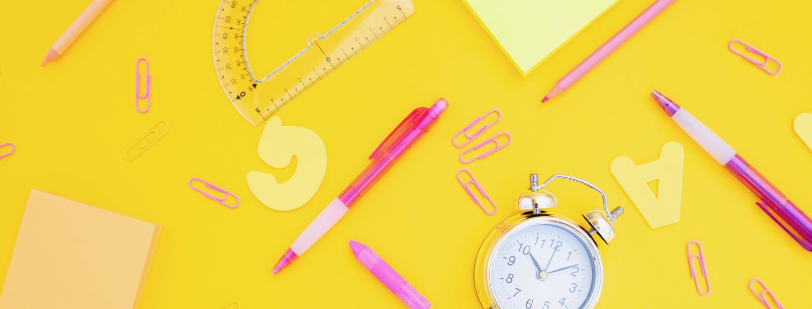 Homeschooling: Schreibutensilien auf gelbem Hintergrund