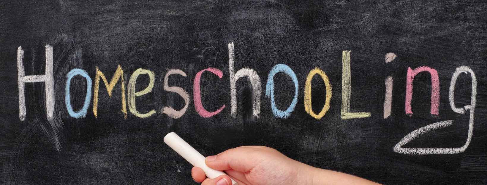 Tafel mit Kreideschift: Homeschooling - so erstellst du ein virtuelles Klassenzimmer