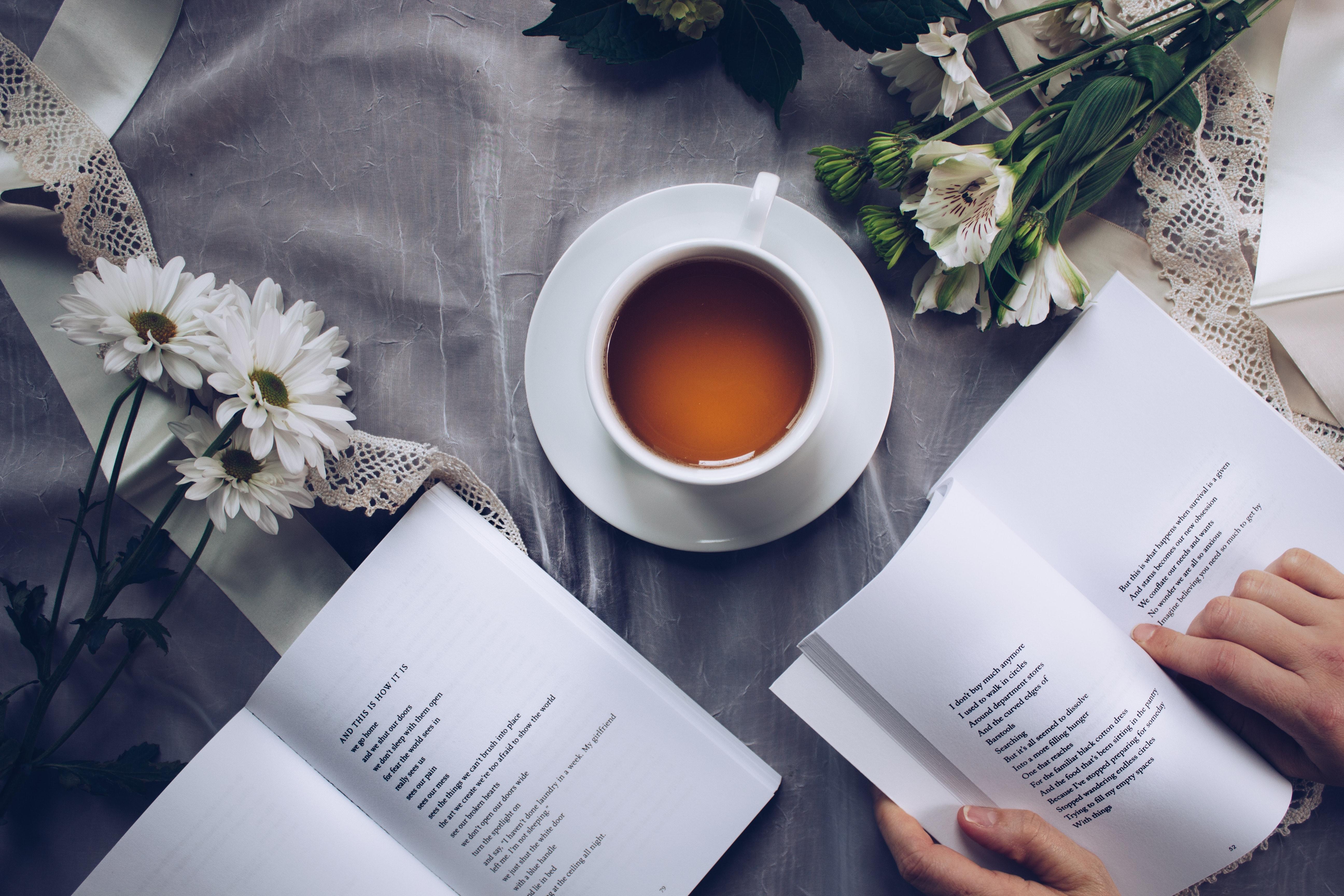 Tee, Blumen und Gedicht: Zitate für stressige Zeiten