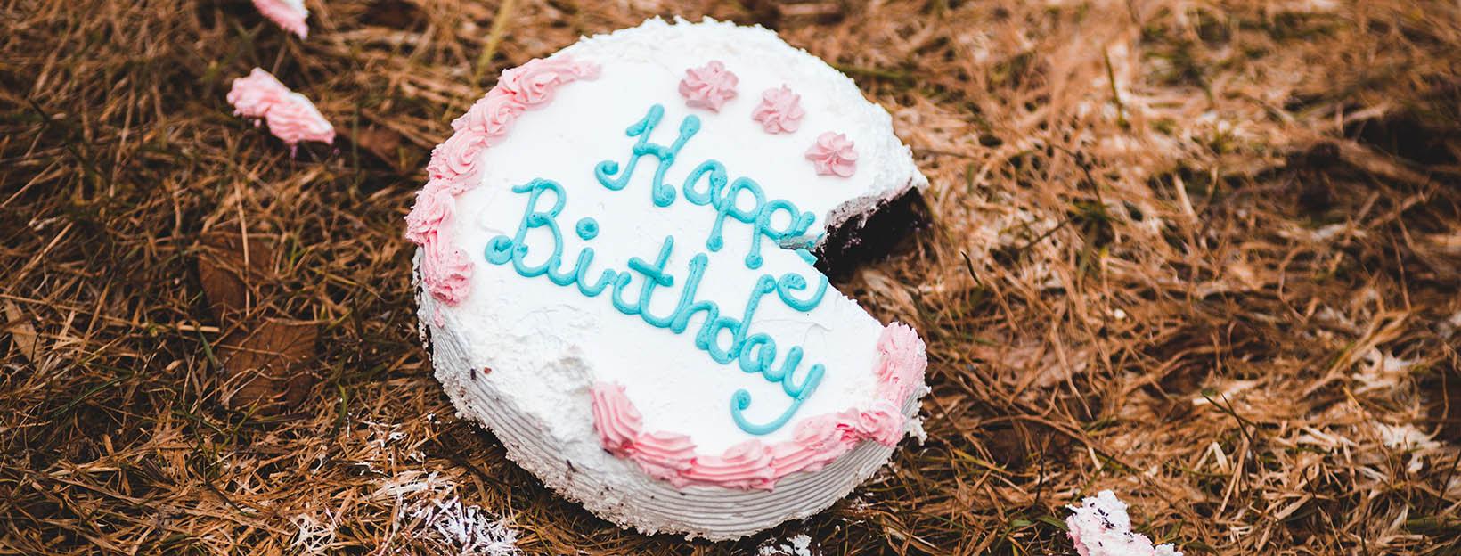 Halb gegessener Geburtstagskuchen für nachträgliche Glückwünsche
