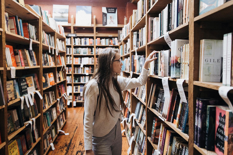 Ve a la biblioteca
