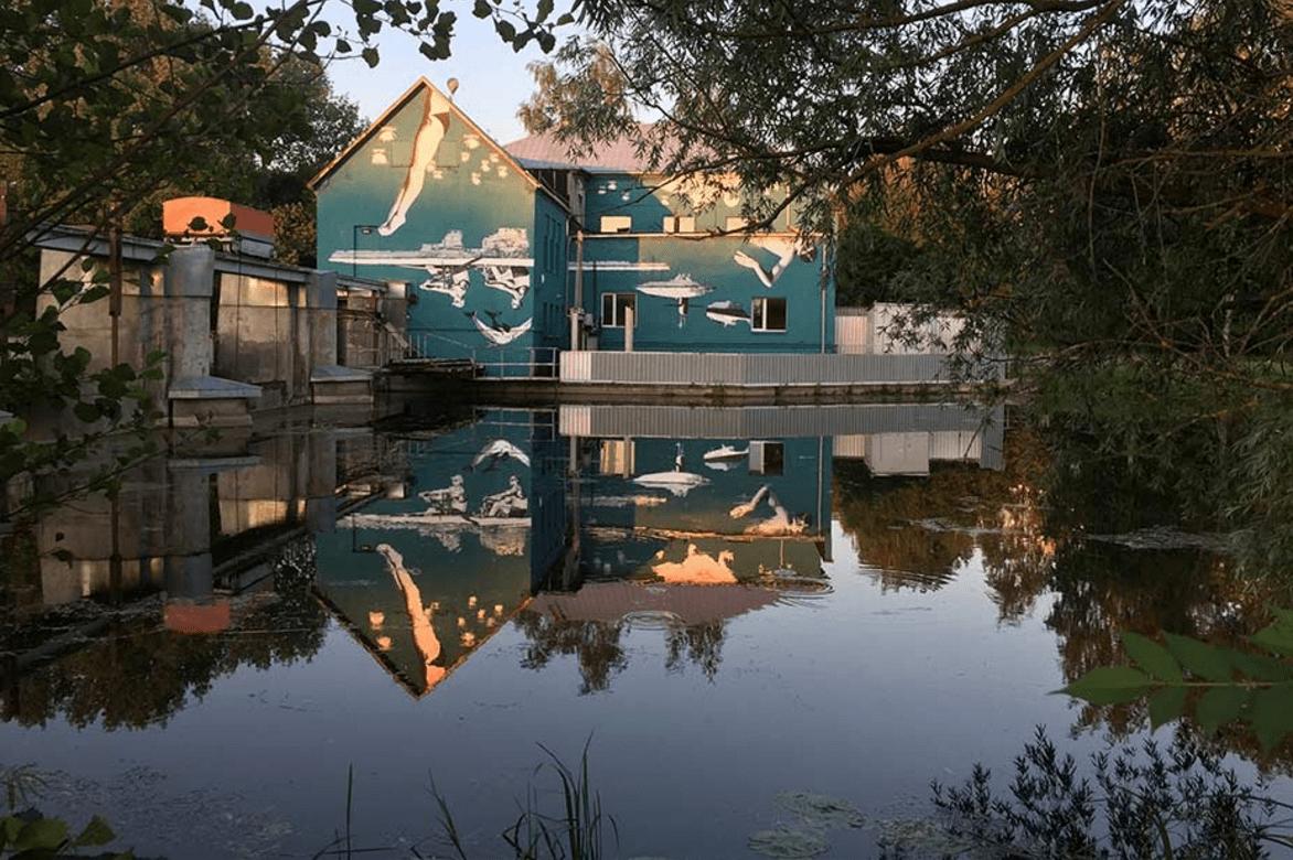 Mural reflejado en el agua