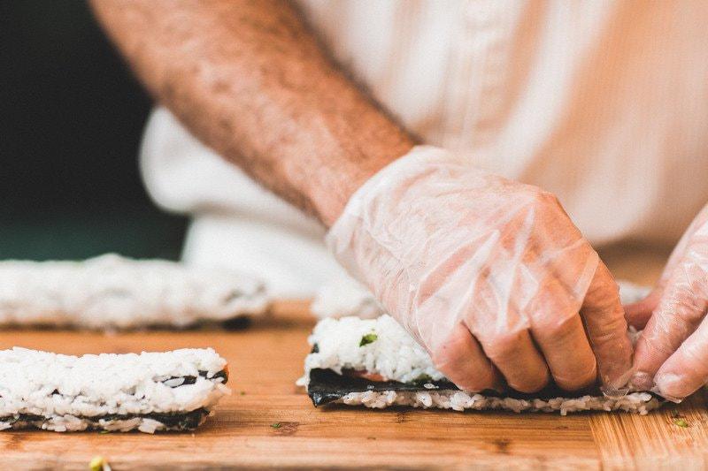 Captura al chef trabajando en su cocina
