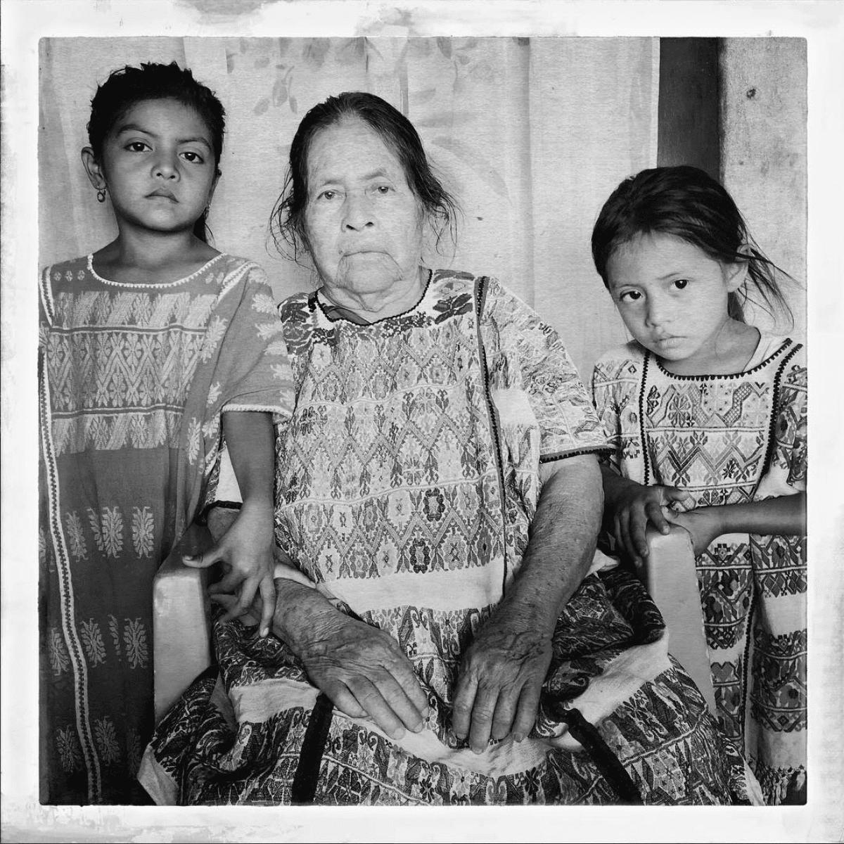 Daniela y Blanca con su abuela