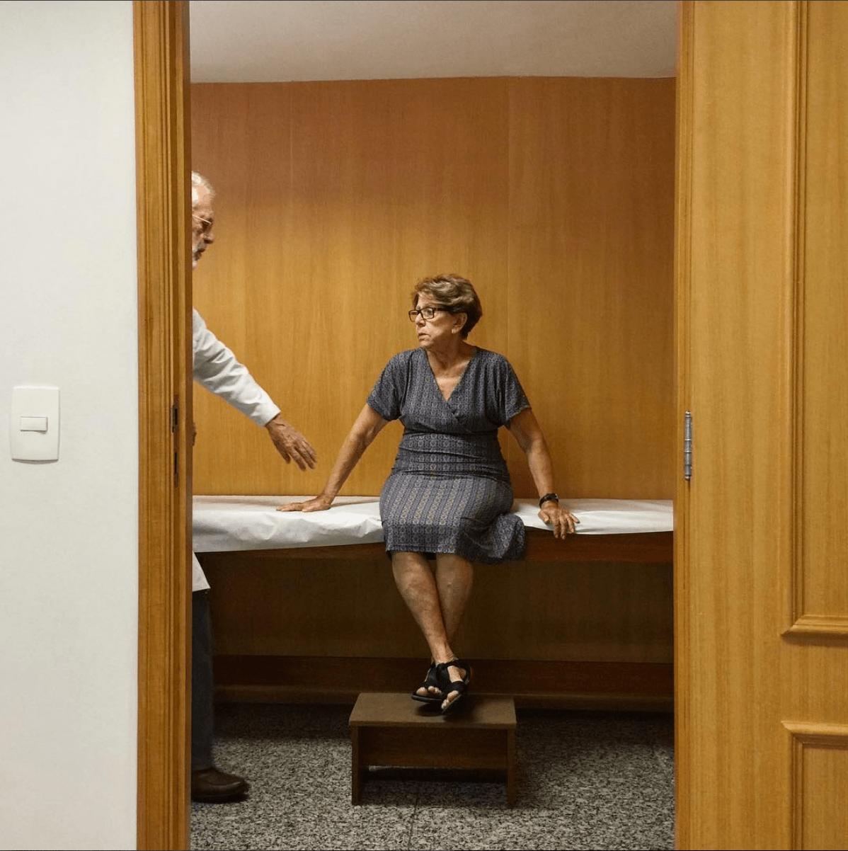 La mamá de Adriana con el médico