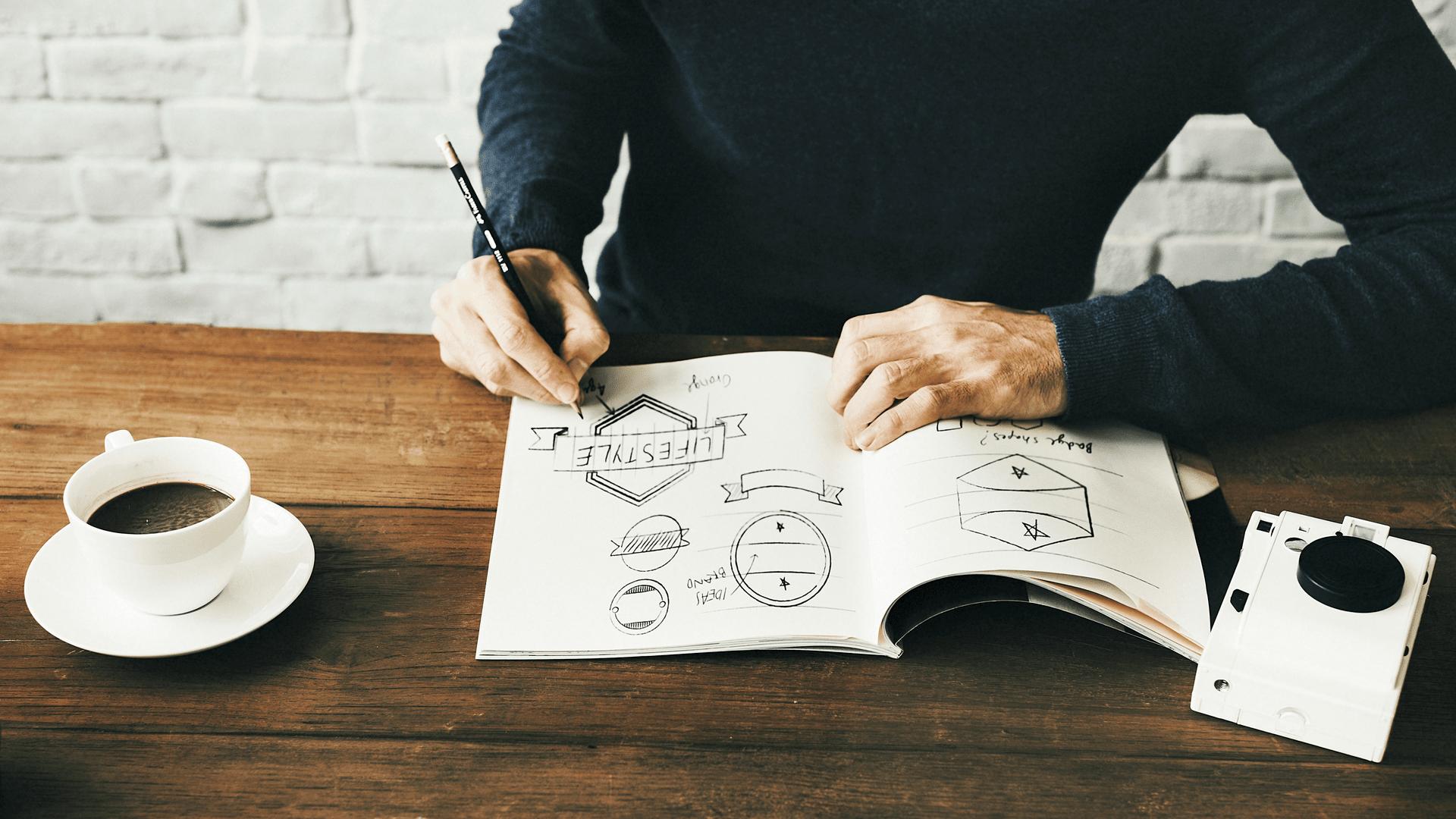Diseñador bosquejando logos