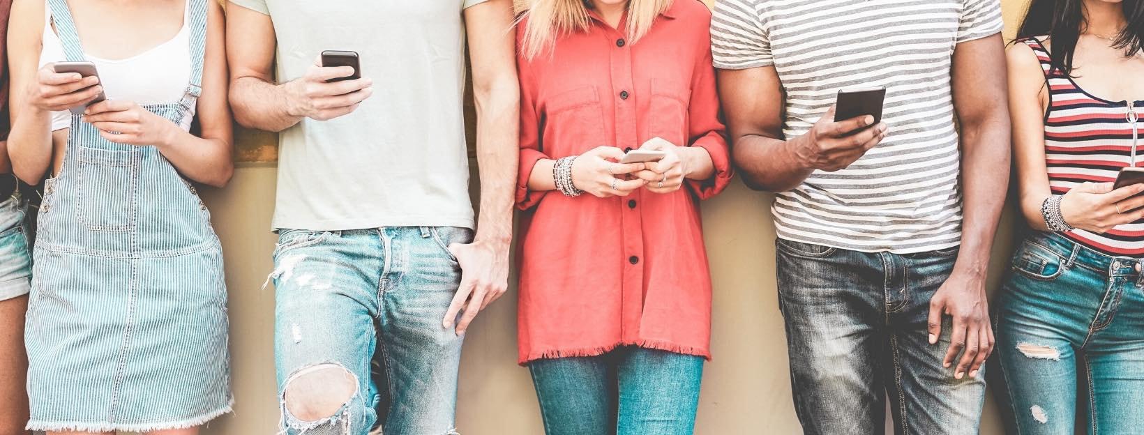 Junge Menschen mit Handy: Vorlagen für Instagram Stories