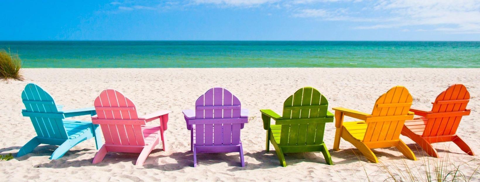Bunte Stühle am Strand: WhatsApp Hintergründe, Wallpaper und Hintergrundbilder