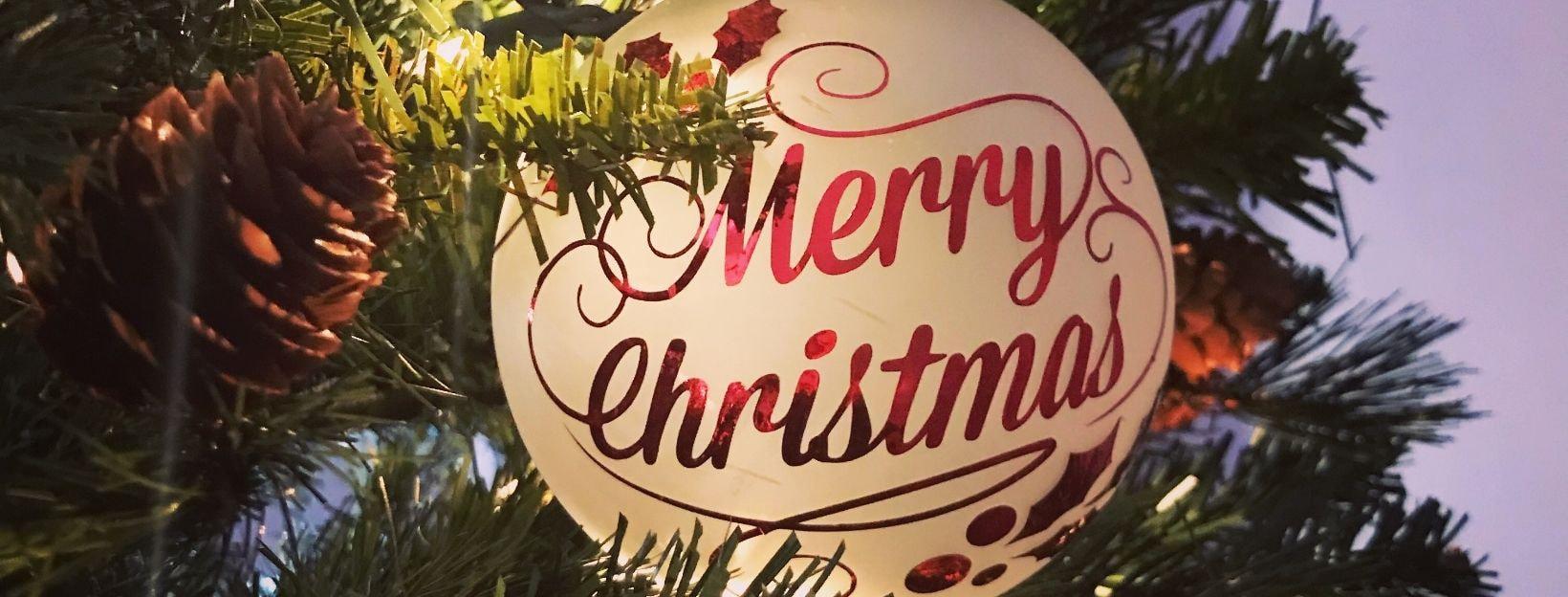Weihnachtsgrüße auf Christbaumkugel