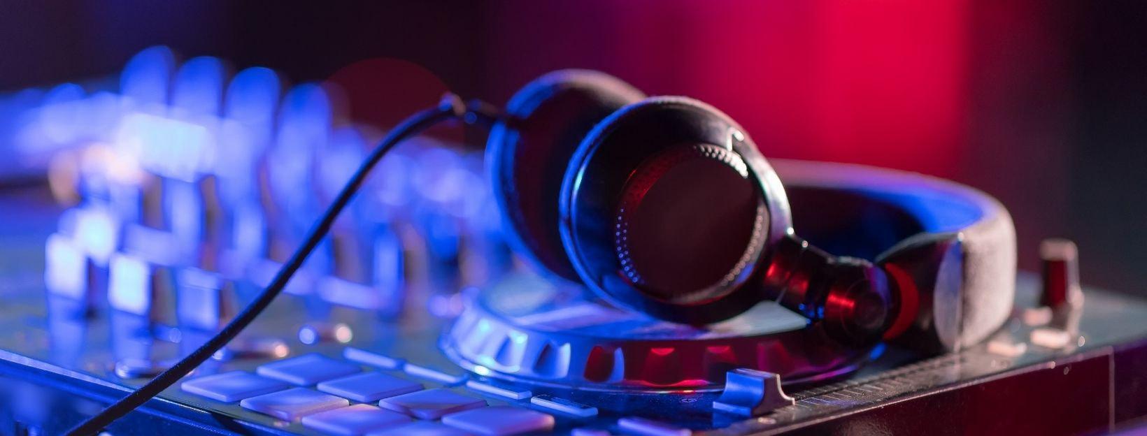 Kopfhörer und DJ-Ausrüstung