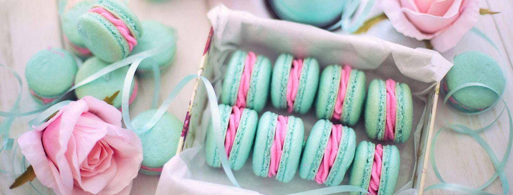 Macarons in Pastellfarben und Pastelltönen]