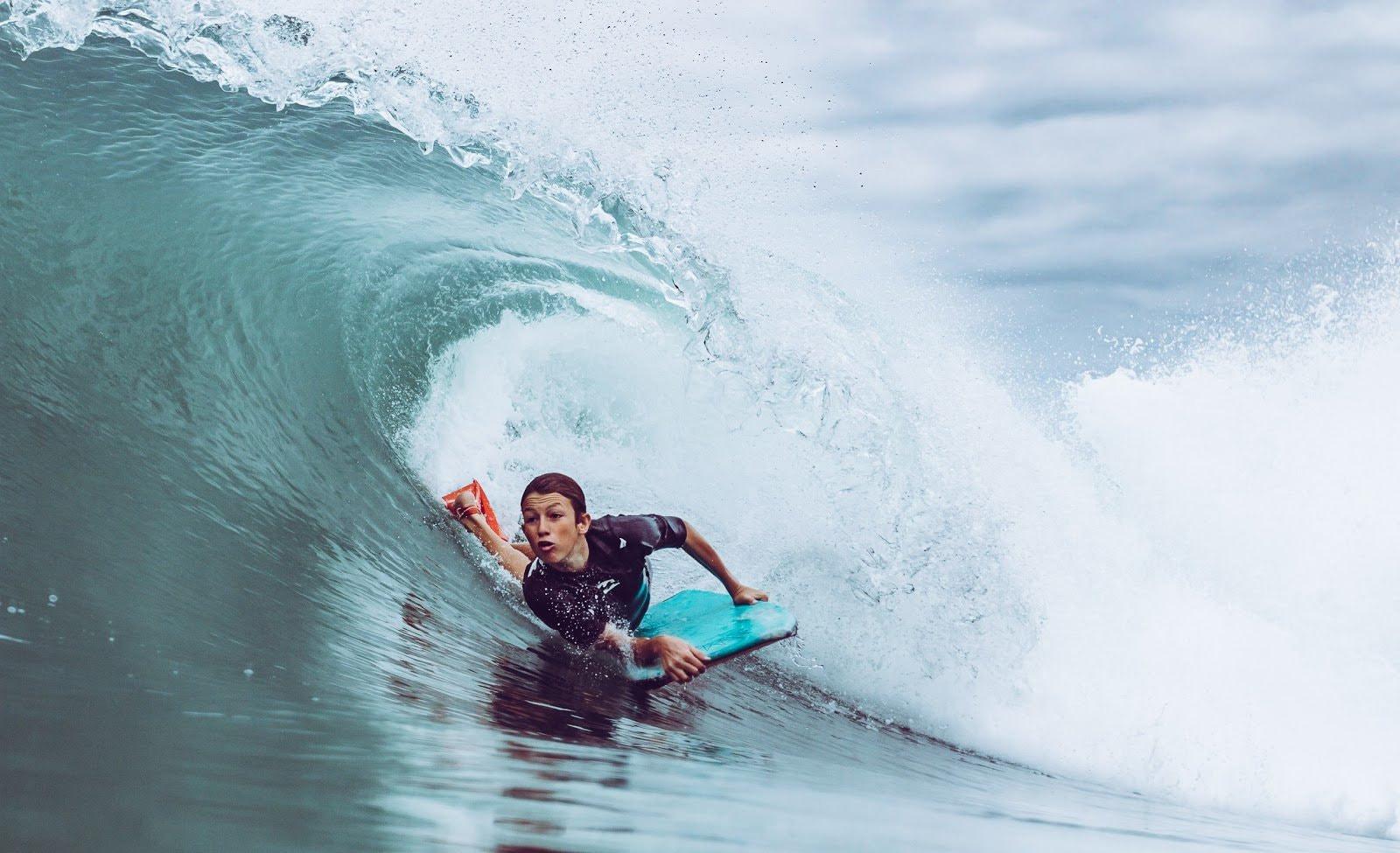 Surfer action shot by Feliper Silva